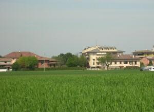 casa-da-lontano-nel-verde